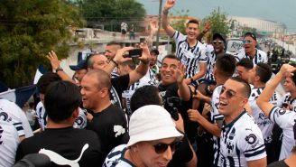 Jugadores de Monterrey en el autobús del equipo