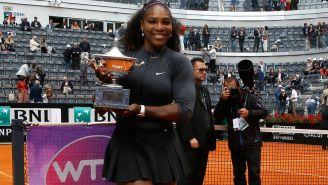 Serena Williams muestra con orgullo uno de sus trofeos