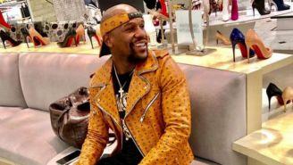Mayweather sonríe en una tienda de zapatos