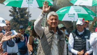 Jesús Ramírez saluda durante un evento público