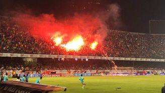 Bengalas en las gradas del Estadio