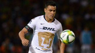 Pablo Barrera observa el balón en un juego con Pumas