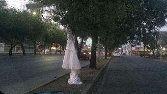 Vestido de novia colgado de un árbol en Monterrey