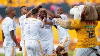 Jugadores de Tigres felicitan a Enner Valencia por sorpresa en el Volcán