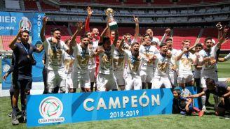 Jugadores de Pumas festejan título