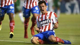Fernando Madrigal festeja un gol con el Atlético San Luis