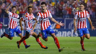 Atlético de San Luis festeja gol de Unai Bilbao