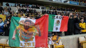 Aficionados portan imágenes de Jiménez en las gradas