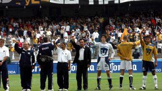 Hugo Sánchez y los universitarios en ceremonia protocolaria de un duelo