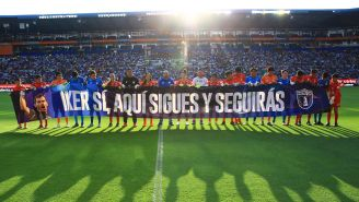 Jugadores del Pachuca muestran manta de apoyo a Casillas
