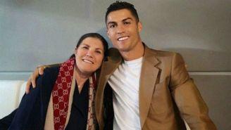 Cristiano y su mamá sonríen para una fotografía