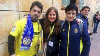 Mónica Benavent con fans del Villarreal