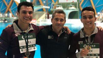 Yahel Castillos y Juan Celaya con su medalla