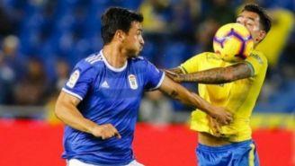 Oswaldo Alanis disputa un balón en un juego con el Real Oviedo