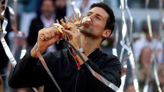 Novak Djokovic besa el trofeo del Abierto de Madrid