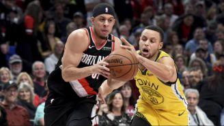 Seth y Stephen Curry durante un duelo entre Warriors y Blazers