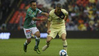 Luis Montes y Guido Pizarro disputan un balón