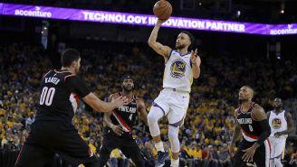 Curry lanza el balón entre defensivos de Portland