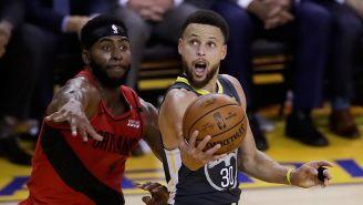 Stephen Curry intenta meter el balón