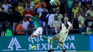 Guido Rodríguez disputa el esférico ante Ángel Mena