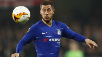 Hazard intenta controlar el balón en un partido del Chelsea