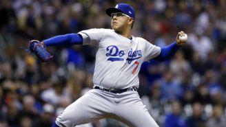 Urías saca un lanzamiento en partido de los Dodgers