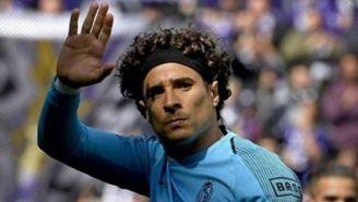 Memo Ochoa saluda en un juego del Standard
