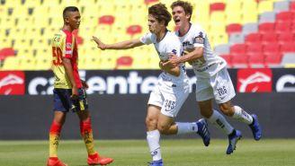 Jugadores de Pumas celebran anotación contra Morelia