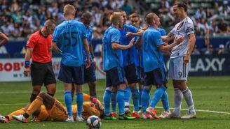 Zlatan Ibrahimovic enfrenta a los jugadores del New York City FC