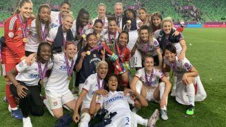 Jugadoras del Olympique posan con sus medallas