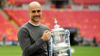 Pep Guardiola posa con el trofeo de la FA Cup