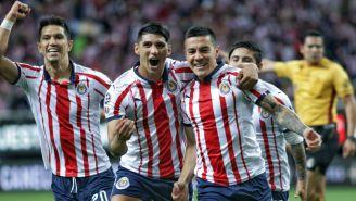 Alan Pulido y Michael Pérez celebran un gol ante León