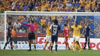 Jugadores de Tigres festejan anotación de Guido Pizarro