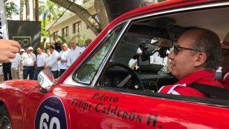 Felipe Calderón conduce porsche rojo en el Rally Maya 2019
