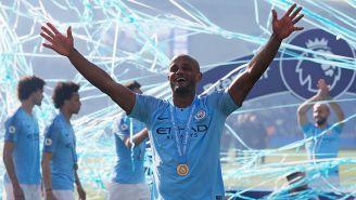 Vincent Kompany celebra el título del Manchester City