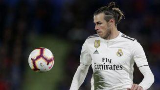 Gareth Bale observa el balón en un juego del Real Madrid