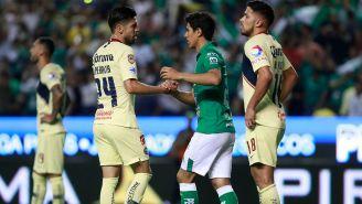 Peralta y Macías estrechan la mano al término del juego