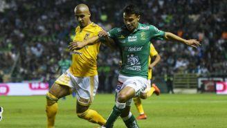 Luis Rodriguez y Osvaldo Rodríguez disputan un balón