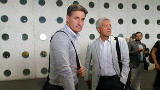 Míchel González junto a Jesús Ramírez a su llegada a México