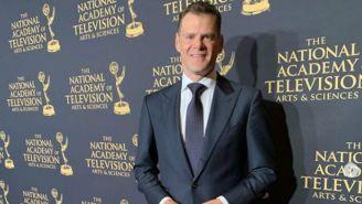 Miguel Gurwitz 'presume' en la alfombra roja su premio Emmy