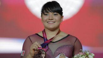Alexa Moreno muestra una medalla conquistada