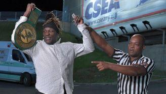 R-Truth posa con el campeonato 24/7