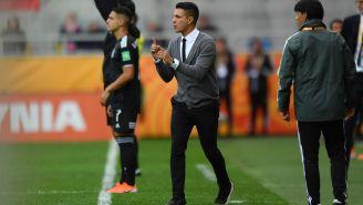 Diego Ramírez da indicaciones a sus jugadores en el Mundial