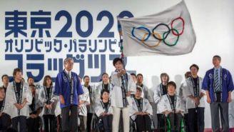 La gobernadora de Tokio, Yuriko Koike, ondea la bandera olímpica
