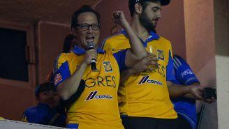 Rob Schneider, apoyando a Tigres en un partido
