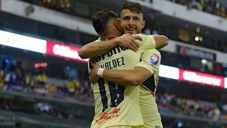 Rodríguez y Valdez, en el festejo de un tanto azulcrema en el Estadio Azteca