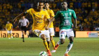 Francisco Meza conduce el esférico ante Joel Campbell de Tigres