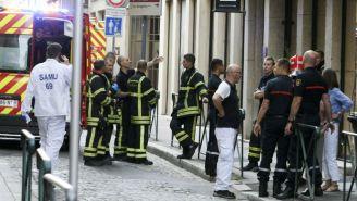 Bomberos franceses trabajan en la zona de la explosión en Lyon
