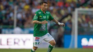Sambueza conduce el balón durante un juego del León