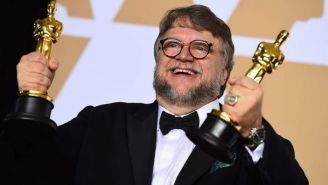 Guillermo del Toro festeja durante la ceremonia de los Oscars